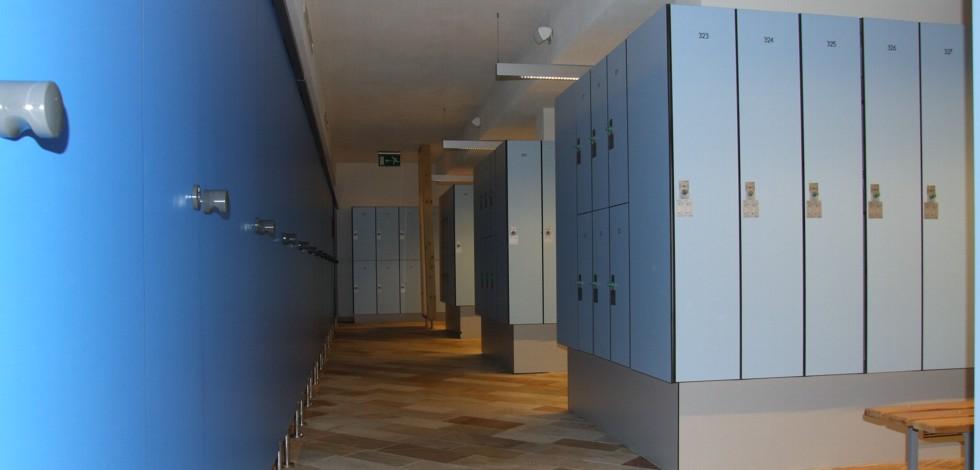 Kleider-Schließfachschränke // Metallschränke // Sanitärtrennwände ...